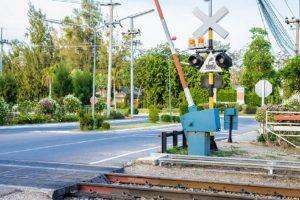 Víte, jak se správně chovat na železničním přejezdu?